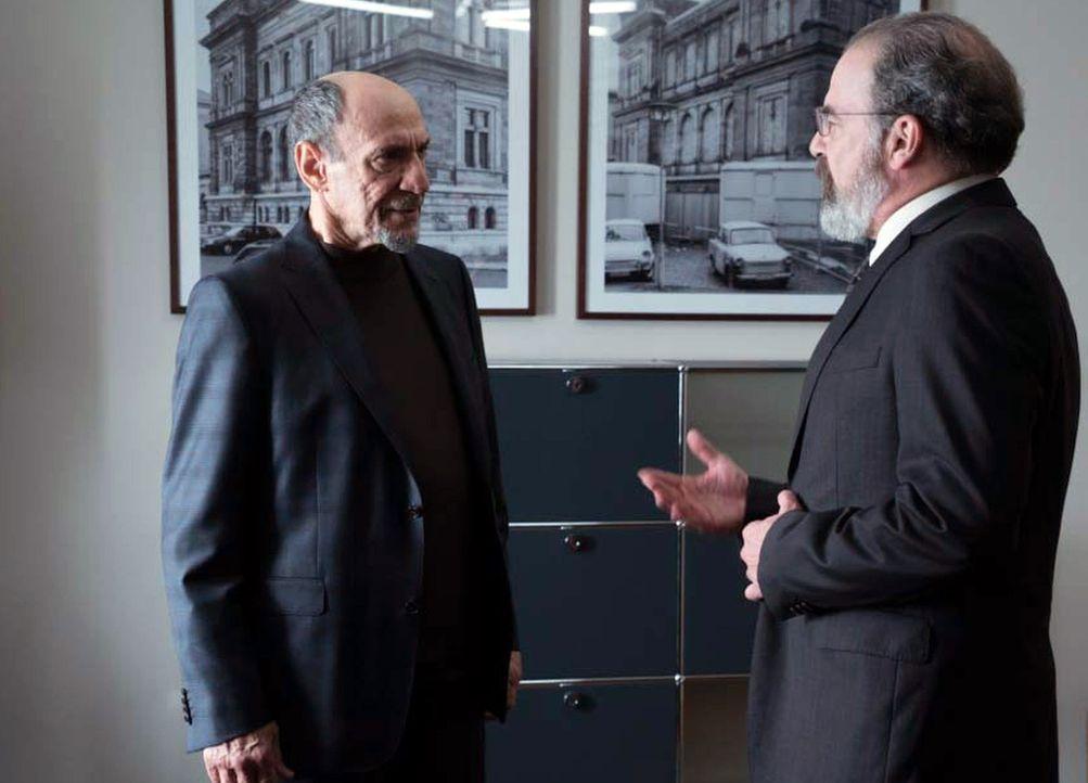 Nach den Ereignissen in der Schweiz verlangt Saul (Mandy Patinkin, r.), dass das CIA-Hauptquartier in Berlin auf Wanzen hin geprüft wird, doch dabei... - Bildquelle: Stephan Rabold 2015 Showtime Networks, Inc., a CBS Company. All rights reserved.