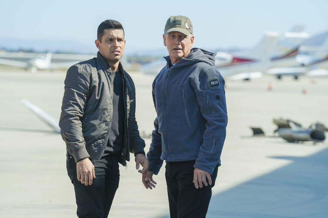 Nick Torres (Wilmer Valderrama, l.); Leroy Jethro Gibbs (Mark Harmon, r.) - Bildquelle: Michael Yarish 2019 CBS Broadcasting, Inc. All Rights Reserved. / Michael Yarish