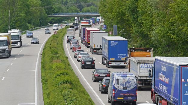 Schon bei stockendem Verkehr muss auf der Autobahn eine Rettungsgasse gebilde...