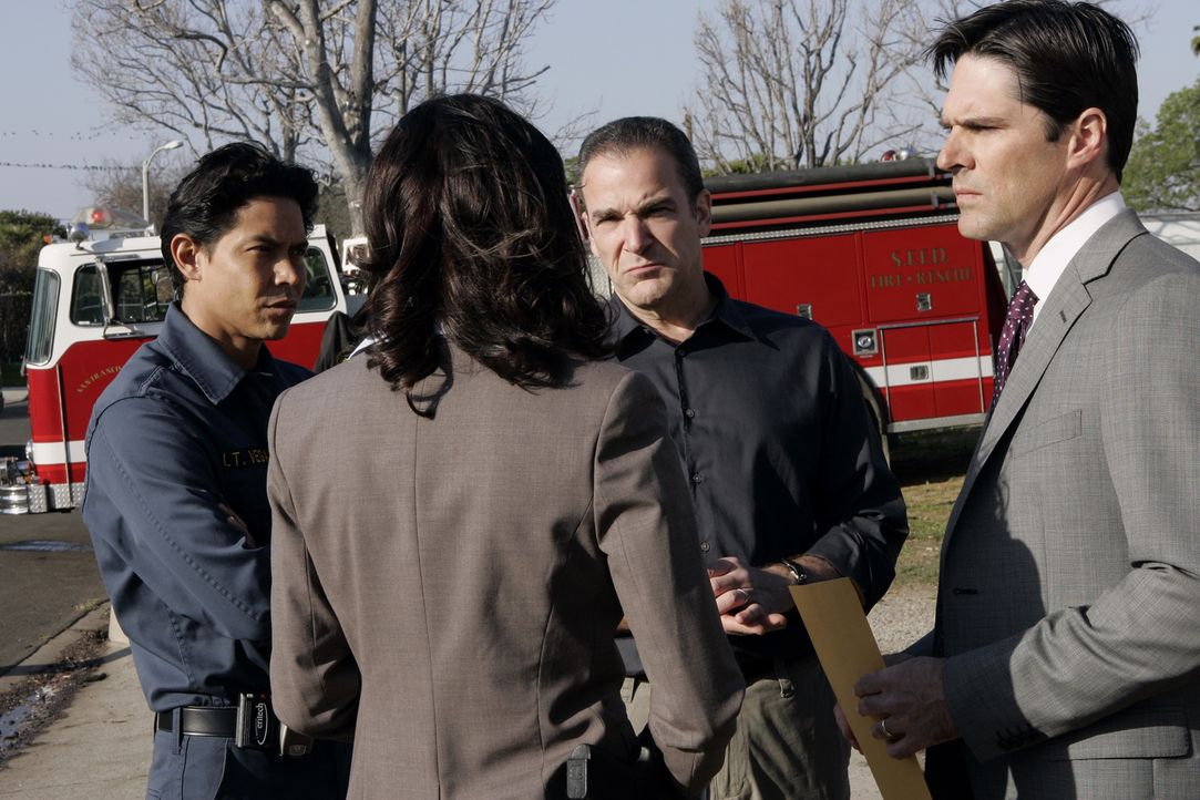 (v.l.n.r.) Lt. Ricardo Vega (Anthony Ruivivar); Emily Prentiss (Paget Brewster); Jason Gideon (Mandy Patinkin); Aaron Hotchner (Thomas Gibson) - Bildquelle: Cliff Lipson 2007 ABC Television Studio. All rights reserved. NO ARCHIVE. NO RESALE./ Cliff Lipson