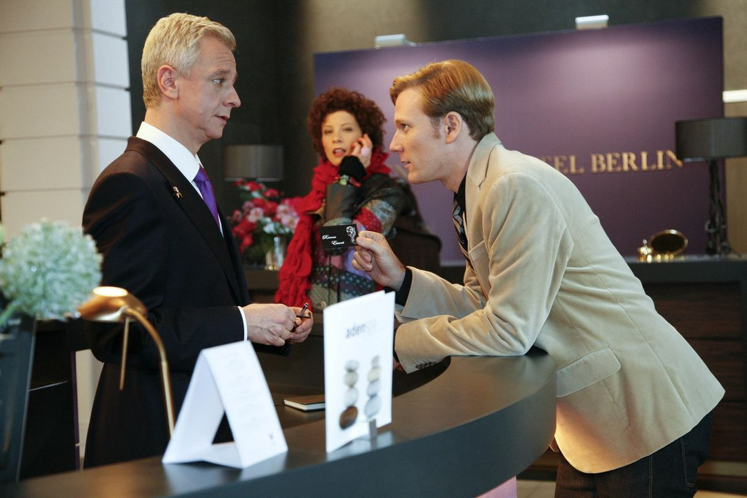 Emily (Anna Schäfer, M.) bekommt mit, wie Philip (Philipp Romann, r.) sich bei Marcel (Thomas Engel, l.) einen Begleitservice für den Abend organi... - Bildquelle: SAT.1