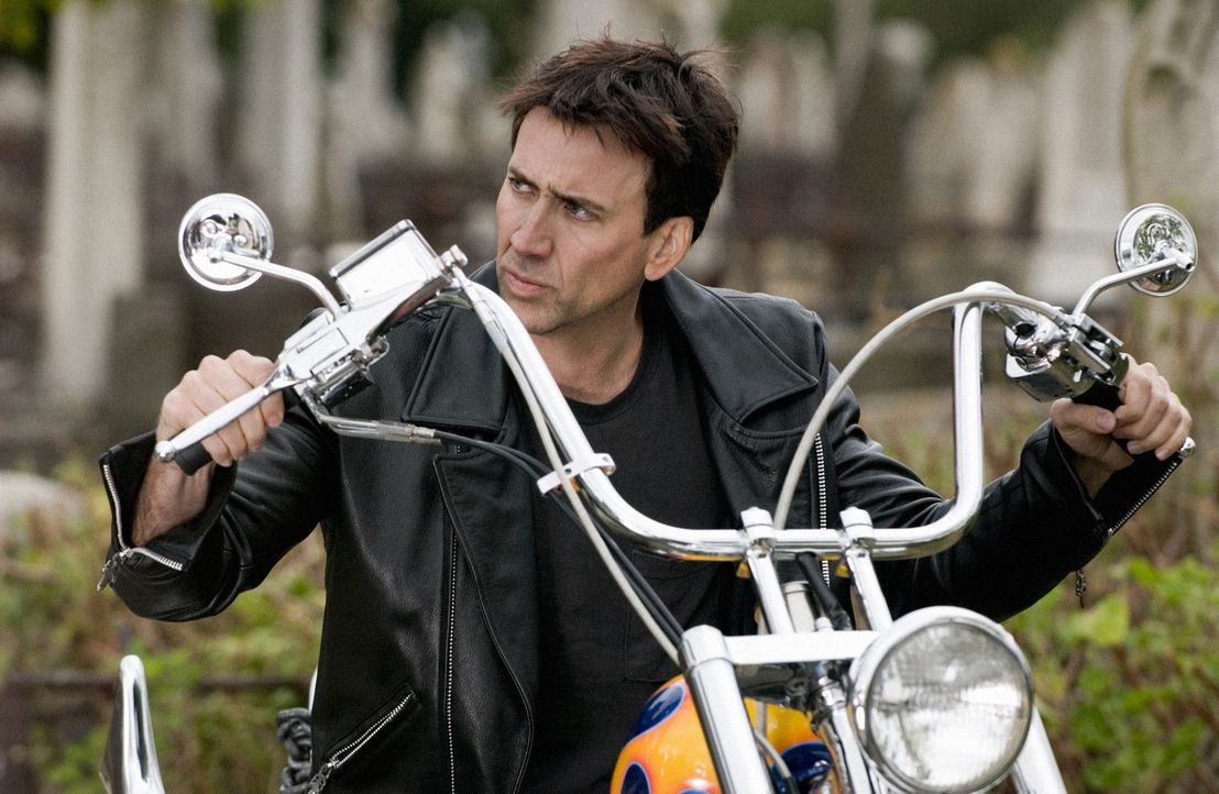 Um seinen sterbenden Vater zu retten, verkauft der berühmte Motorrad-Stuntman Johnny Blaze (Nicolas Cage) seine Seele Mephistopheles. Von nun an ist... - Bildquelle: Sony Pictures Television International. All Rights Reserved.