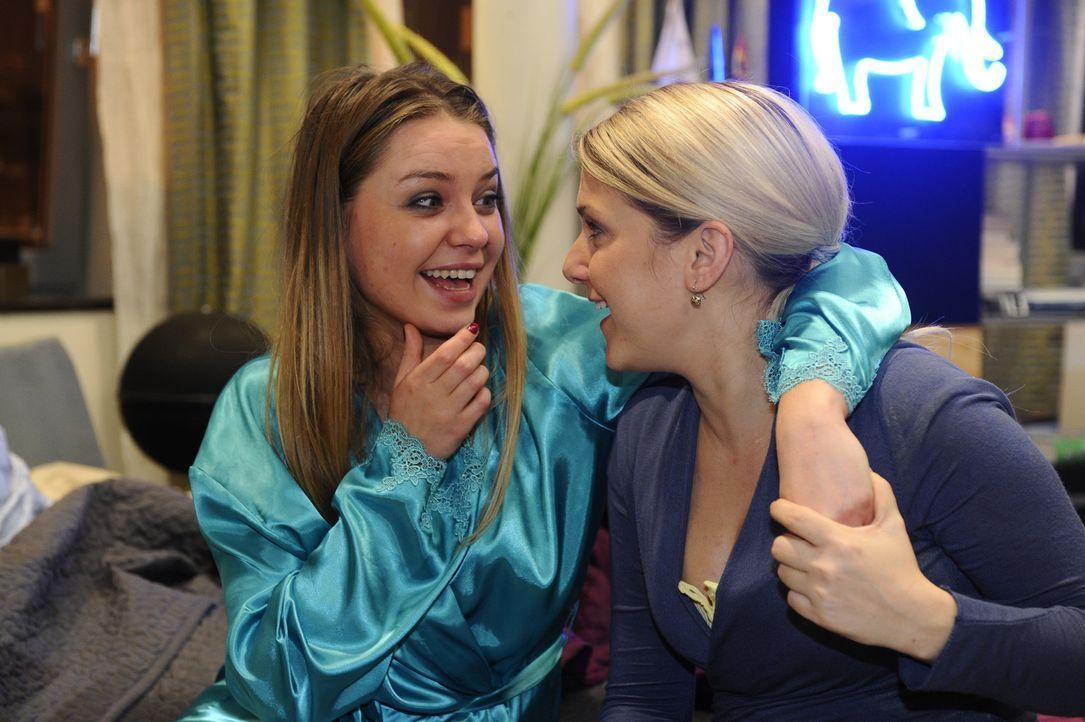 Anna (Jeanette Biedermann, r.) unterstützt Katja (Karolina Lodyga, l.) bei ihren ersten Gehversuchen ... - Bildquelle: SAT.1