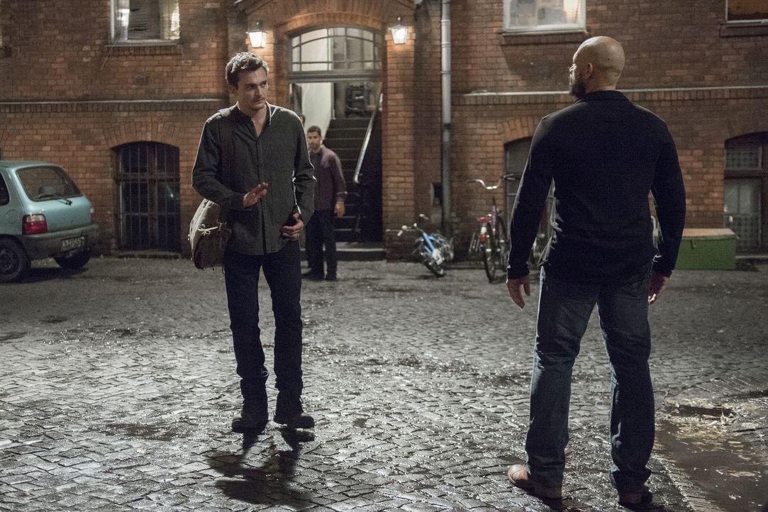 Während Carrie Unterstützung bei Düring sucht, findet sich Quinn (Rupert Friend, l.) an einem seltsamen Ort wieder, wo er auf gefährliche Gesellscha... - Bildquelle: Stephan Rabold 2015 Showtime Networks, Inc., a CBS Company. All rights reserved.