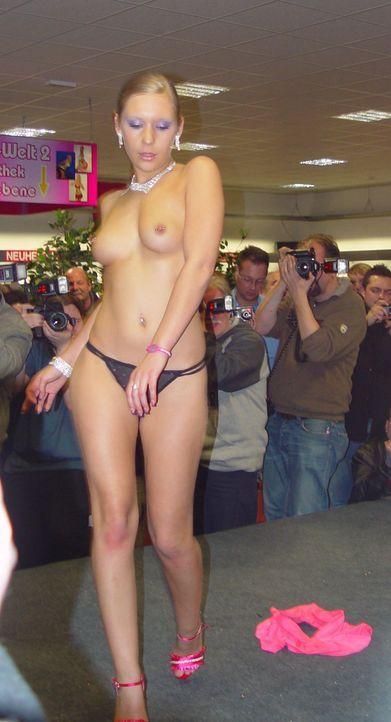 Drunter und Drüber - Stellungswechsel im Pornoland: Lena Nitro ... - Bildquelle: SAT.1
