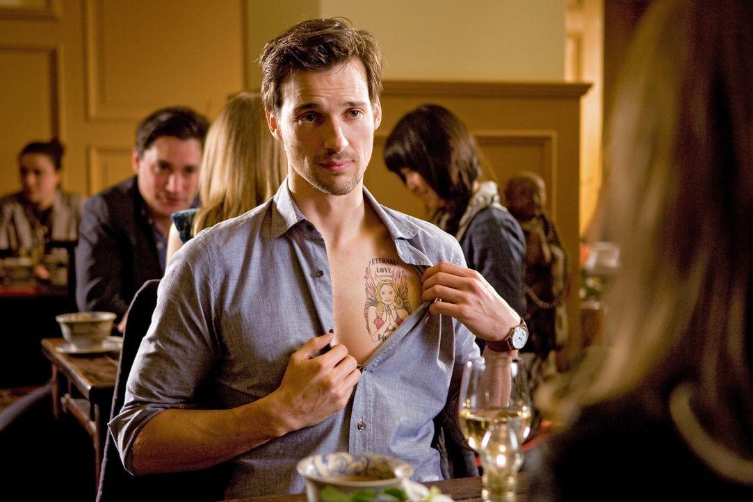 Auf der Suche nach einer neuen Frau, stößt Niklas (Florian David Fitz) im Fernsehen zufällig auf seinen Jugendschwarm - sie war seine große Lieb... - Bildquelle: Conny Klein Warner Bros.