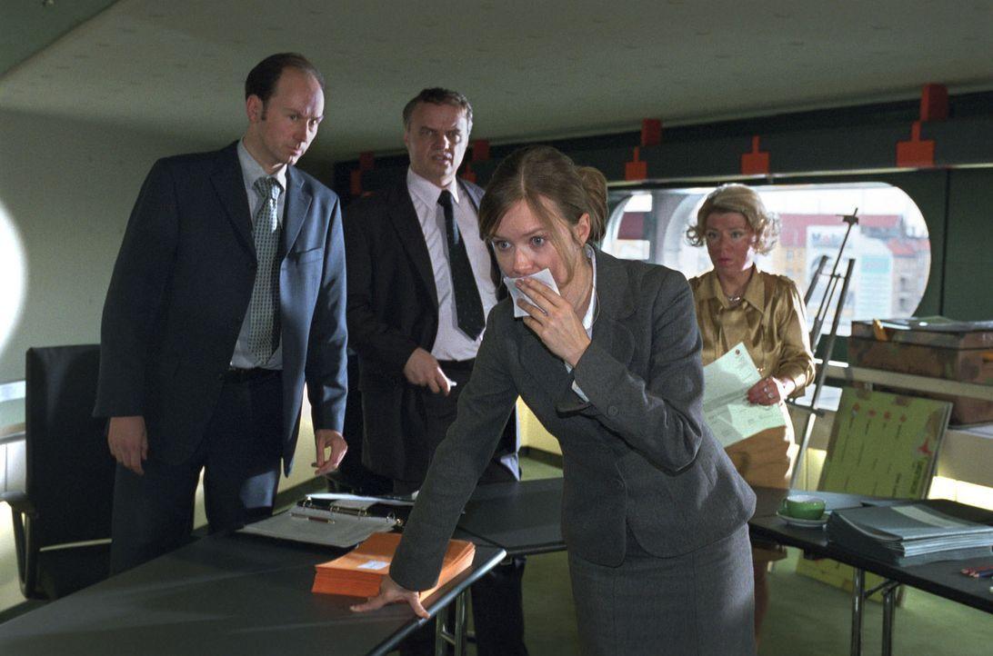 Während des Entlassungsgespräches mit ihrer Vorgesetzten Frau Schulte-Westenberg (Karla Trippel, r.) hat Nina (Stefanie Stappenbeck, vorne) einen... - Bildquelle: Katrin Knoke Sat.1