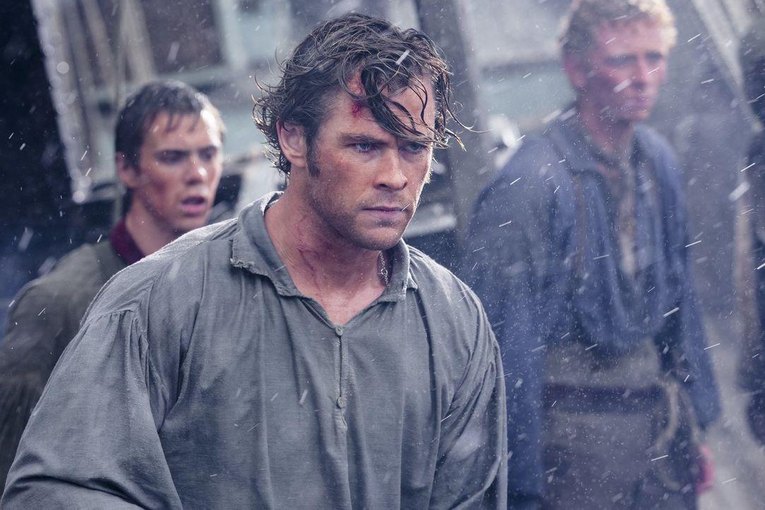 Nachdem ein brutaler Angriff eines Riesenwals unter der Besatzung des Walfängerschiffs viele Opfer fordert, versucht der Kapitän, das Schiff wieder... - Bildquelle: Warner Bros.
