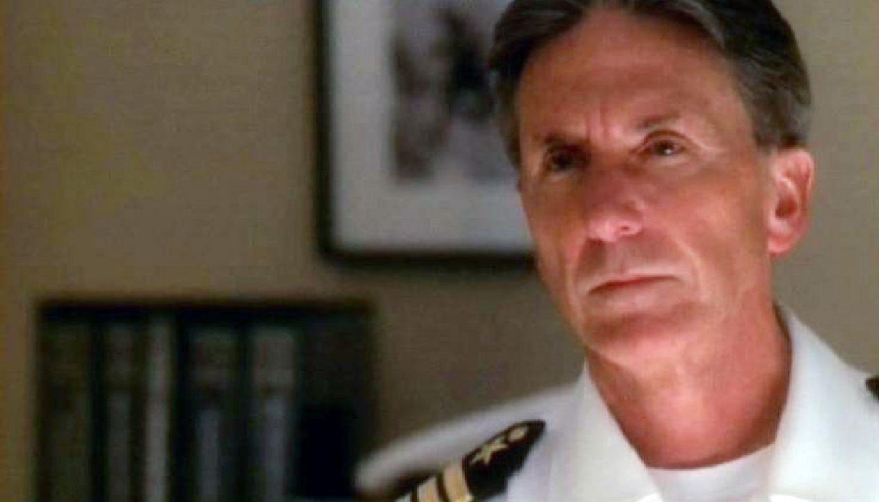 Navy Captain Kevin Dorn (Scott Paulin), der Chef der toten Lara Hill wird befragt. - Bildquelle: CBS Television
