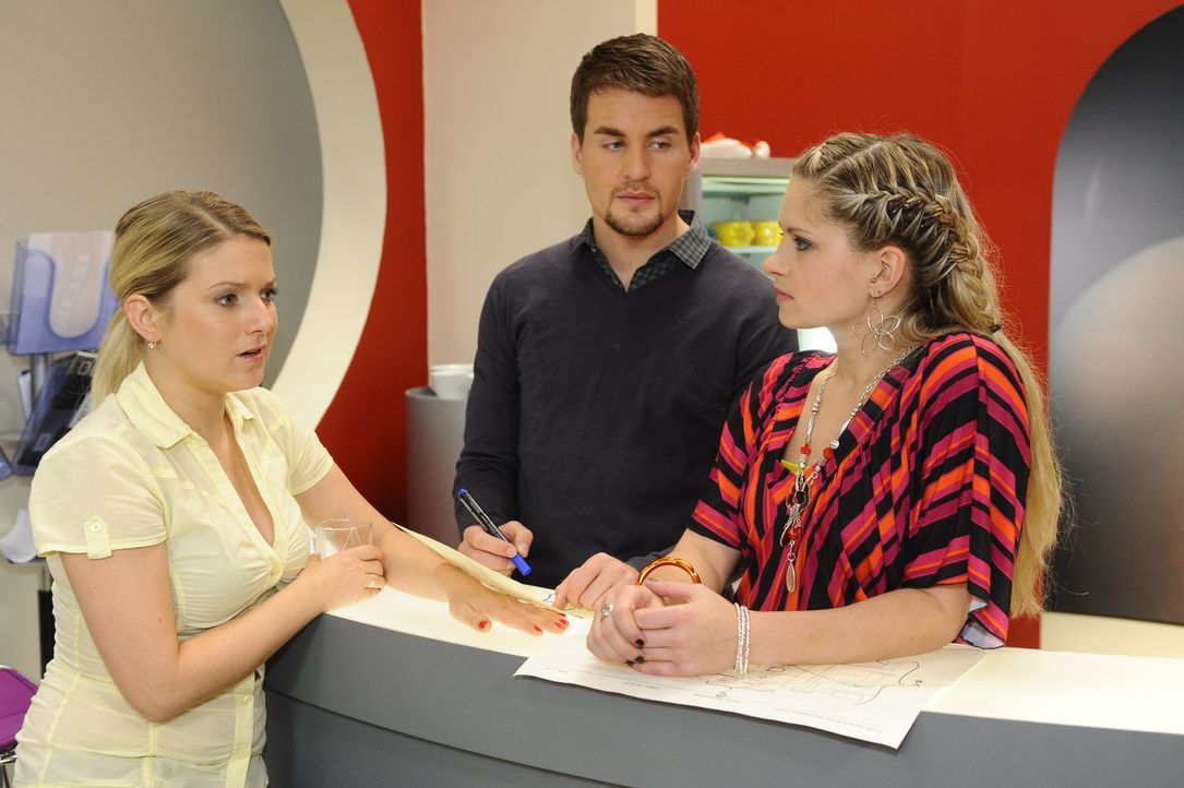 Anna (Jeanette Biedermann, l.) ist überrascht, als sie erfährt, dass Lars (Alexander Klaws, M.) und Mia (Josephine Schmidt, r.) ein Paar sind ... - Bildquelle: SAT.1