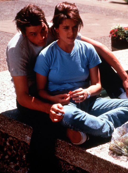 Obwohl schon einige Morde passiert sind, machen sich Billy (Skeet Ulrich, l.) und Sidney (Neve Campbell, r.) keine Sorgen um ihr eigenes Leben ... - Bildquelle: Dimension Films