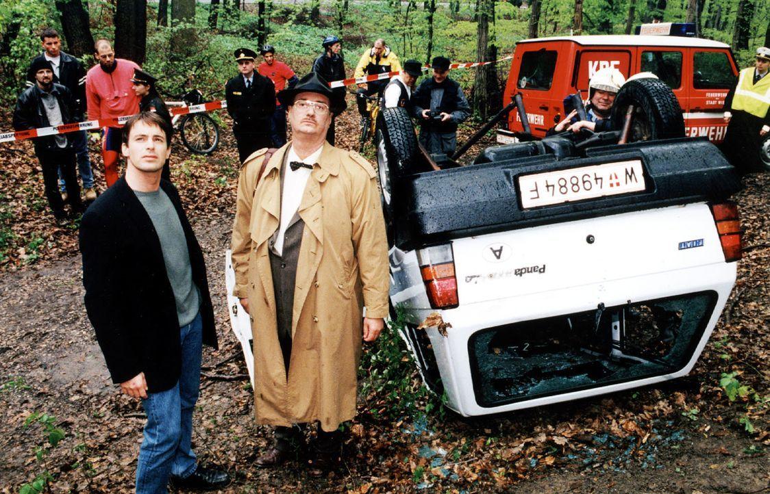 Kommissar Brandtner (Gedeon Burkhard, l.) und Gerichtsmediziner Dr. Graf (Gerhard Zemann, r.) begehen den Unfallort. - Bildquelle: Ali Schafler Sat.1