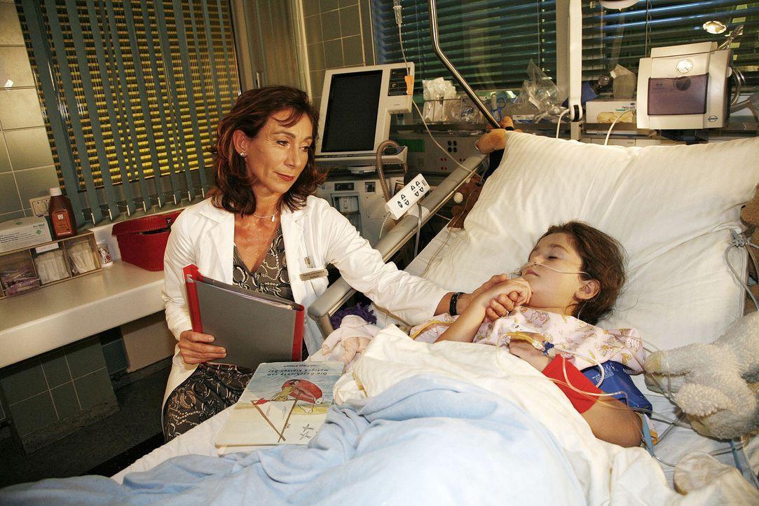 Dr. Rehfeld (Andrea Eckert, l.) macht sich große Sorgen um die kleine Nina (India Fahey, r.), die dringend eine Spenderleber braucht. - Bildquelle: Mosch Sat.1