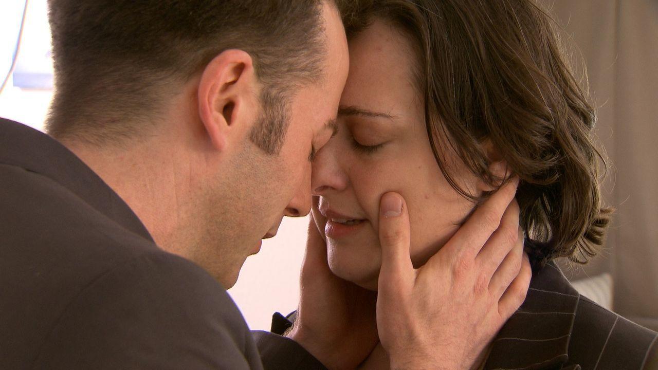 Nach ihrer Trennung von Jan (l.) und zwei Monaten voller Tränen sind beide wieder ein Paar und glücklicher denn je. Ein romantischer Heiratsantrag... - Bildquelle: SAT.1