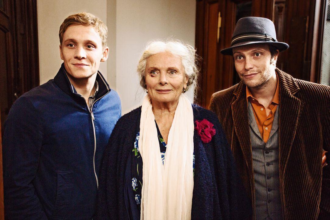 Sascha (Matthias Schweighöfer, l.) und sein Mitbewohner Klaus (August Diehl, r.) wollen der 87-jährigen Ella Freitag (Ruth Maria Kubitschek, M.) dab... - Bildquelle: 2016 Warner Brothers.