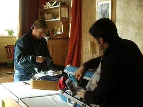 Spurensuche in Jakobs Zimmer: Mick (Henning Baum) entdeckt interessante Dinge... - Bildquelle: Sat1
