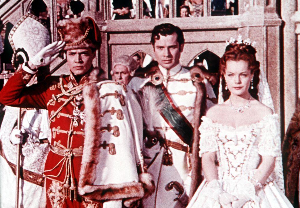 Überzeugt von der Notwendigkeit eines österreichisch-ungarischen Engagements begeben sich Kaiser (Karlheinz Böhm, r.) und Kaiserin (Romy Schneider,... - Bildquelle: Herzog-Filmverleih