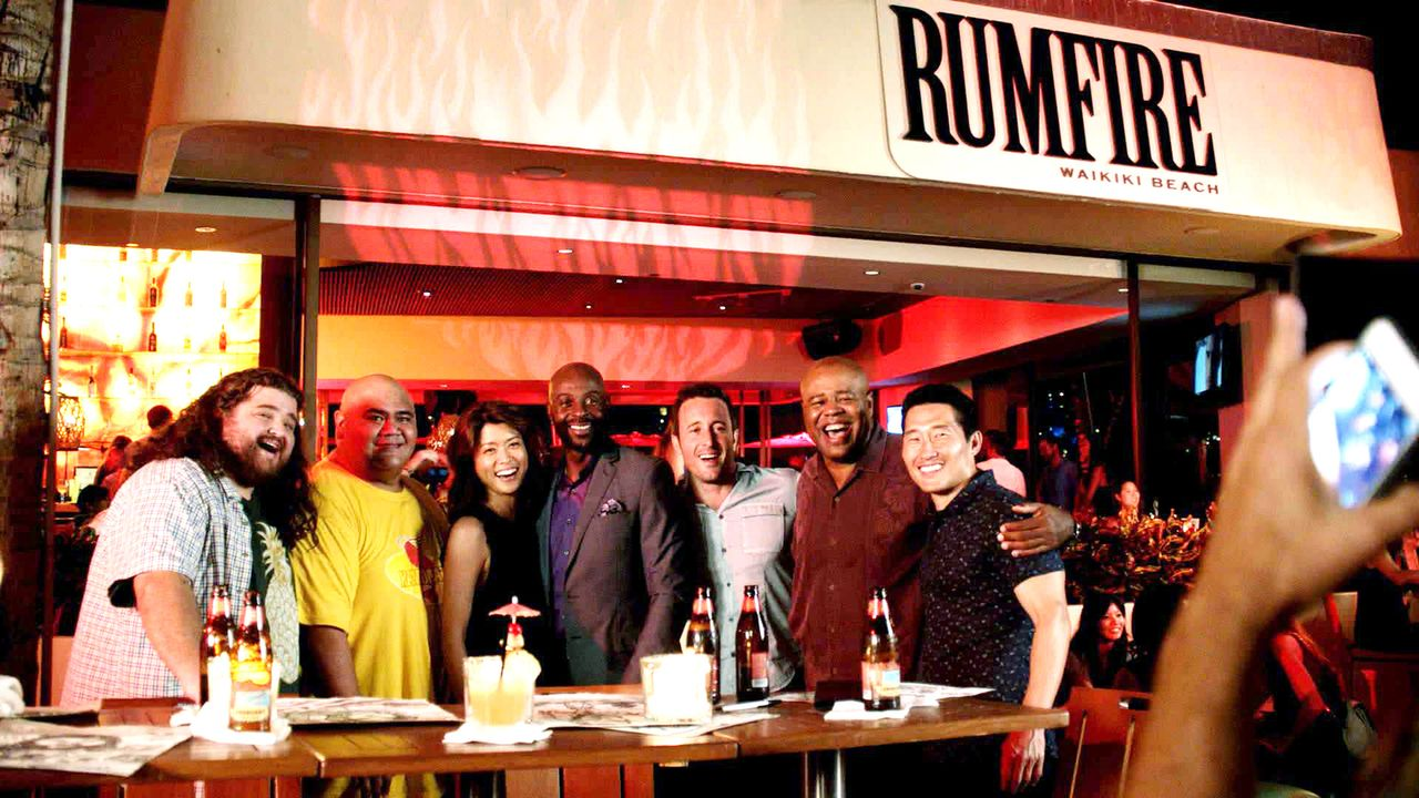 Ein ganz besonderer Moment: (v.l.n.r.) Jerry (Jorge Garcia), Kamekona (Taylor Wily), Kono (Grace Park), Jerry Rice (Jerry Rice), Steve (Alex O'Lough... - Bildquelle: 2015 CBS Broadcasting, Inc. All Rights Reserved