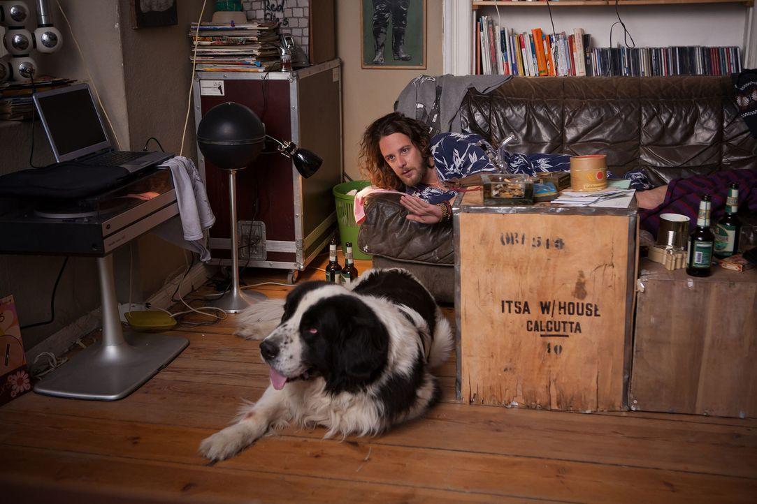 Regelmäßiger Gast in Düses (Marian Meder) chaotischer Wohnung ist Norbert, der Hund einer Nachbarin ... - Bildquelle: Conny Klein SAT.1