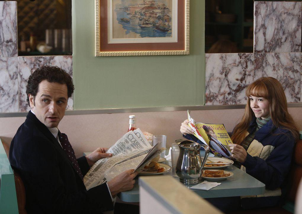 Während Paige (Holly Taylor, l.) ein scheinbar harmloses Frühstück mit ihrem Vater (Matthew Rhys, r.) genießt, schmiedet dieser Mord- und Rettungspl... - Bildquelle: 2013 Twentieth Century Fox Film Corporation and Bluebush Productions, LLC. All rights reserved.