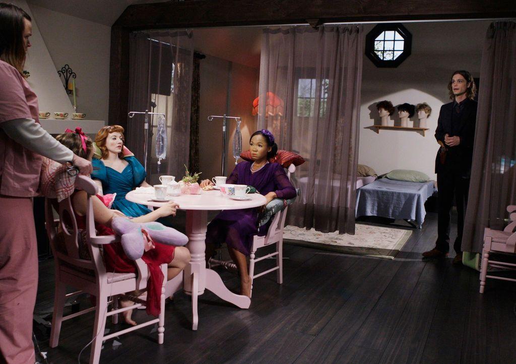 Reid (Matthey Gray Gubler, r.) durchschaut die Zusammenhänge und schafft es gerade noch rechtzeitig, drei entführte Frauen aus Samanthas Haus zu bef... - Bildquelle: Touchstone Television
