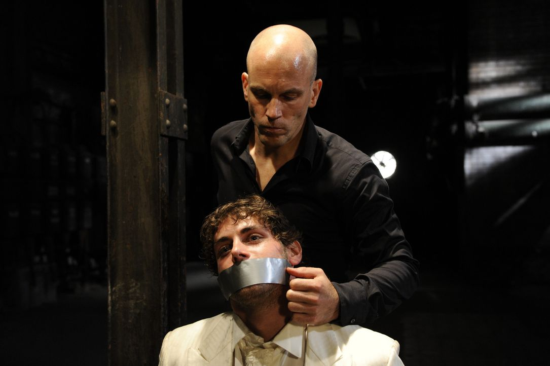 Gerrit (Lars Löllmann, hinten) der leibhaftige Alptraum, teilt Jonas (Roy Peter Link, vorne) mit, dass Anna tot ist ... - Bildquelle: SAT.1