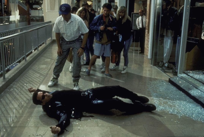 Es kommt zu einem mörderischen Zweikampf zwischen dem Terminator (Arnold Schwarzenegger, vorne) und T-1000 ... - Bildquelle: Columbia TriStar Films