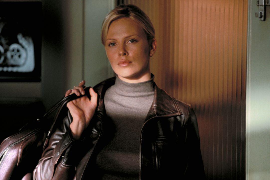Sicherheitsexpertin Stella (Charlize Theron) muss nicht lange überredet werden, an dem Coup teilzunehmen. Denn sie ist Johns Tochter ... - Bildquelle: TMG