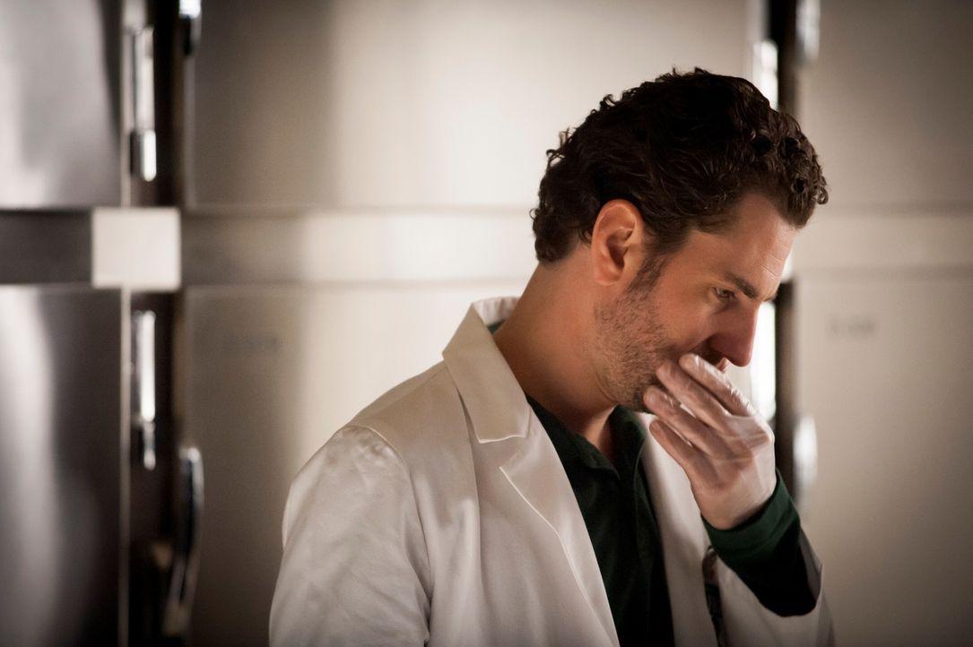 Mehrmals hat Brian Zeller (Aaron Abrams) den Tatort unter die Lupe genommen, doch viele Fragen bleiben nach wie vor unbeantwortet. - Bildquelle: Brooke Palmer 2013 NBCUniversal Media, LLC