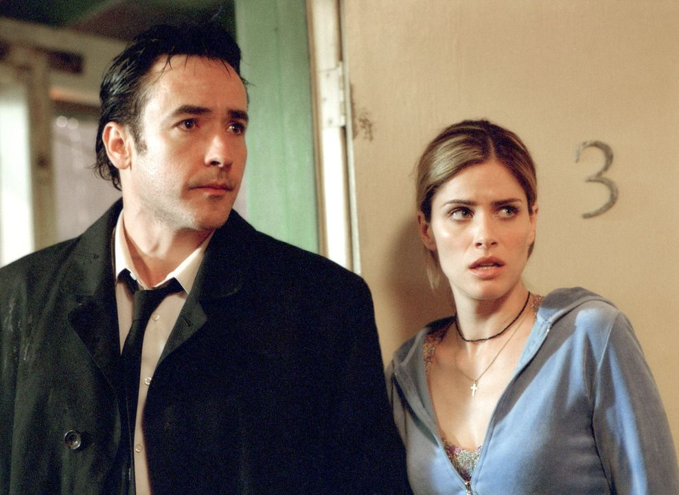 Seltsame Dinge geschehen in dem heruntergekommenen Motel, die sich weder Ed (John Cusack, l.) noch Paris (Amanda Peet, r.) erklären können ... - Bildquelle: 2003 Sony Pictures Television International. All Rights Reserved.
