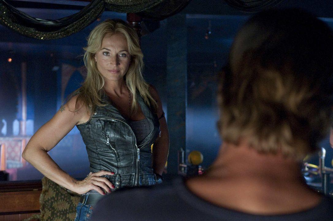 Die Chefin des Strippclubs, Beate Kampmann (Caroline Beil), nahm Rene die Aufgabe des Vortänzers weg und gab sie stattdessen Frank. Musste deshalb... - Bildquelle: SAT.1