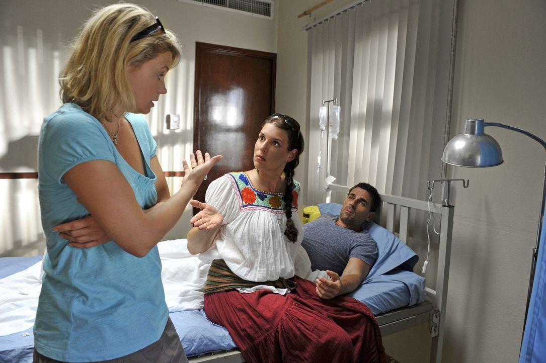 Als sich Pepe (Roberto Guerra, r.) während eines Bootsausflugs mit Barbara (Annette Frier, l.) verletzt, wird er ins Krankenhaus gebracht. Dort bri... - Bildquelle: Hardy Brackmann SAT.1