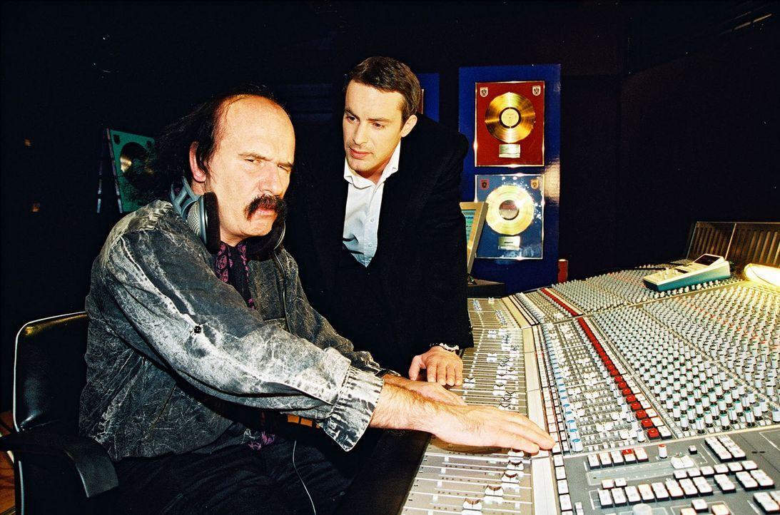 Kommissar Brandtner (Gedeon Burkhard, r.) verhört den Tontechniker (Stefan Weber, l.), in dessen Studio die Leiche der jungen Sängerin Michelle La... - Bildquelle: Sat.1