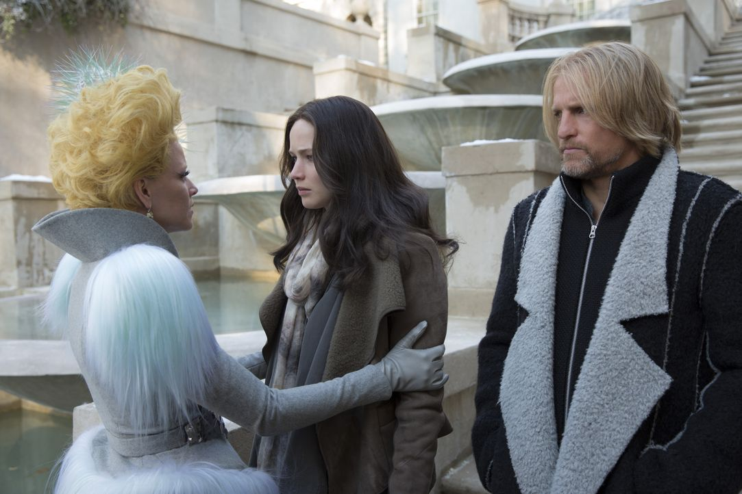 Starten in eine ungewisse Zukunft, aber voller Hoffnungen auf ein glückliches Leben: Effie (Elizabeth Banks, l.), Katniss (Jennifer Lawrence, M.) un... - Bildquelle: Murray Close TM & © 2015 Lions Gate Entertainment Inc. All rights reserved. / Murray Close