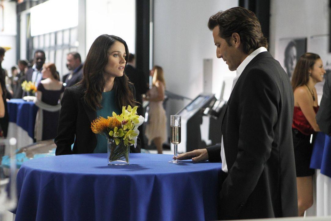 Teresa (Robin Tunney, l.) ist auf der Suche nach dem Mörder von der Journalistin Cassie Flood und stößt bei den Ermittlungen auf Tommy Volker (He... - Bildquelle: Warner Bros. Television