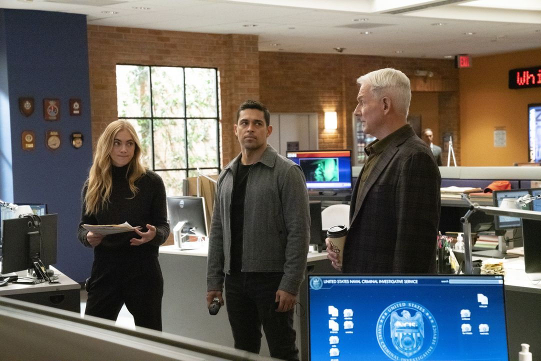 (v.l.n.r.) Ellie Bishop (Emily Wickersham); Nick Torres (Wilmer Valderrama); Leroy Jethro Gibbs (Mark Harmon) - Bildquelle: Michael Yarish 2019 CBS Broadcasting, Inc. All Rights Reserved. / Michael Yarish