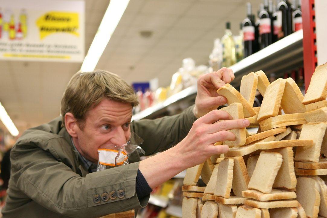 Im Supermarkt stellt er (Michael Kessler) sich beim Toastbrotstapeln ganz neuen Herausforderungen ... - Bildquelle: Sat.1