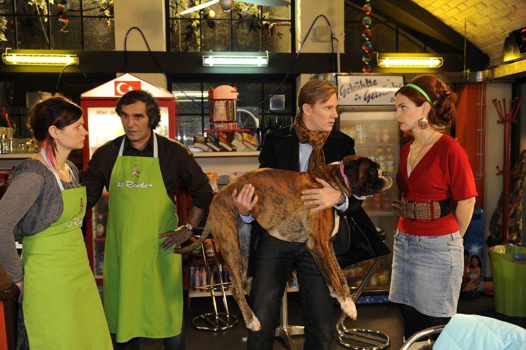 Manu (Marie Zielcke, r.) gelingt es, Philips (Philipp Romann, 2.v.r.) kollabierten Hund Gandhi zu retten, doch sie hat den schrecklichen Verdacht, d... - Bildquelle: SAT.1