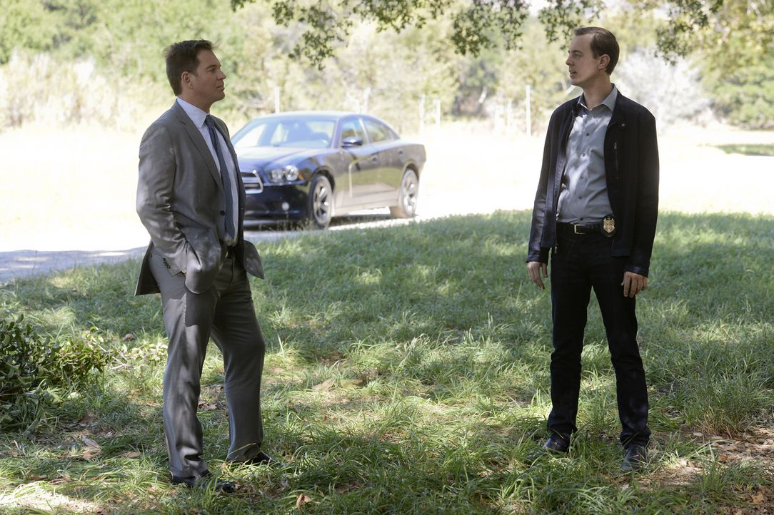 Um den Mörder eines Militärpolizisten zu fassen, ermittelt Tony (Michael Weatherly, l.) und McGee (Sean Murray, r.) undercover ... - Bildquelle: Darren Michaels CBS Television