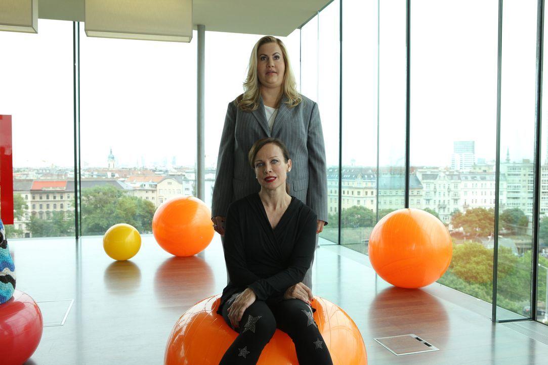 Als sich Simone Grashoff (Sonja Kirchberger, vorne) an Carl heranmacht, weiß Jessica/Marie (Wolke Hegenbarth, hinten) nicht mehr weiter. Muss sie i... - Bildquelle: Petro Domenigg SAT.1