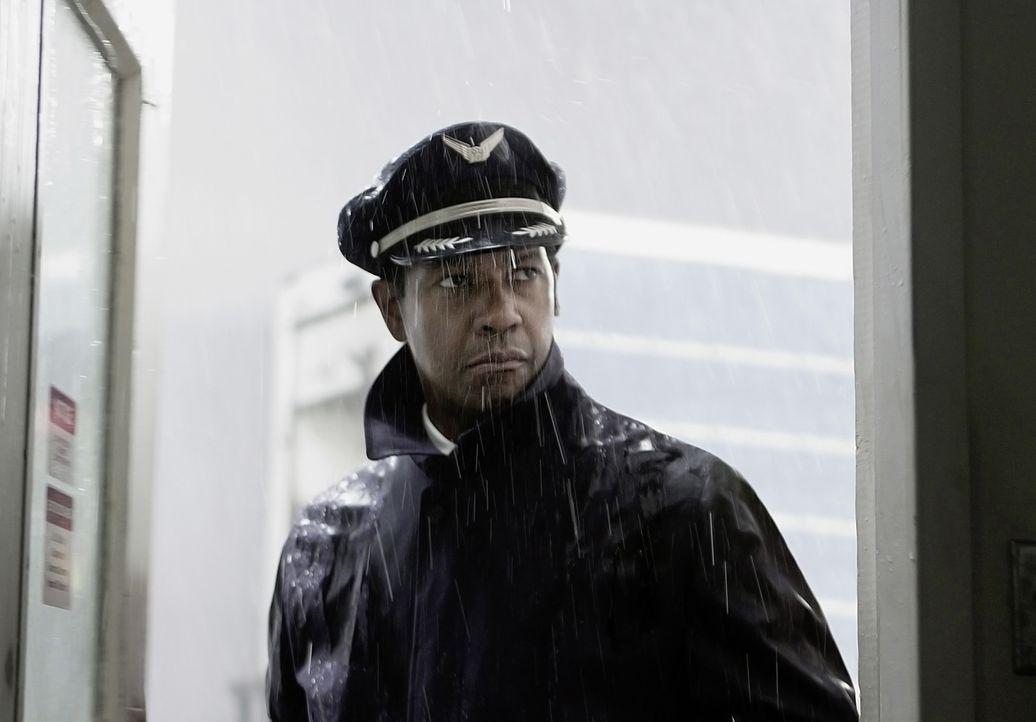 Pilot Whip Whitaker (Denzel Washington) steht an einem Wendepunkt in seinem Leben ... - Bildquelle: Robert Zuckerman 2012 PARAMOUNT PICTURES. ALL RIGHTS RESERVED. / Robert Zuckerman