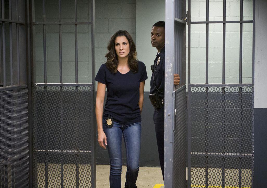Versucht alles, um die Unschuld von Deeks zu beweisen: Kensi (Daniela Ruah, l.) ... - Bildquelle: Neil Jacobs 2015 CBS Broadcasting, Inc. All Rights Reserved.