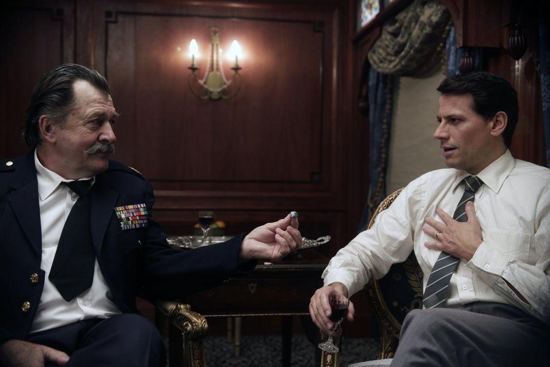 Welches Geheimnis verbirgt der alte Mann (Olek Krupa, l.) vor Henry (Ioan Gruffudd, r.)? - Bildquelle: Warner Bros. Television