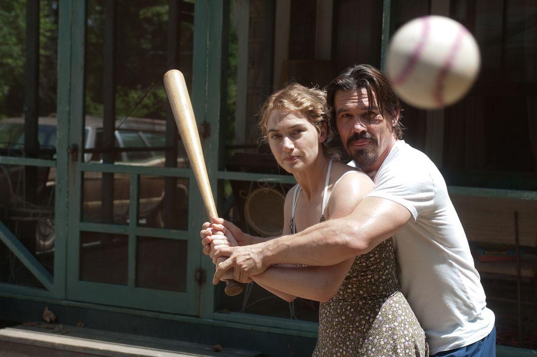 Obwohl er sich als entflohener Häftling herausstellt, nimmt die alleinerziehende Mutter Adele (Kate Winslet, l.) den sensiblen Frank (Josh Brolin, r... - Bildquelle: 2016 Paramount Pictures. All Rights Reserved.