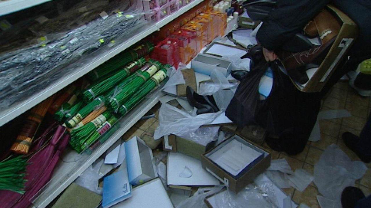 Schuhe gehen bei Restpostenhändler Marin schon mal für einen Euro über den Tisch. Da wird gerafft, was zu raffen geht ... - Bildquelle: Sat.1