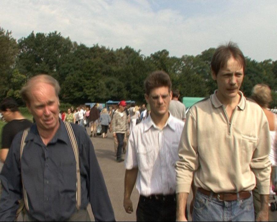 Rainer (l.), Christoph (M.) und Manfred (r.), drei Sammlerkollegen aus Nordrhein-Westfalen, haben es auf Uralt-Radios, Grammophone und Schellackplat... - Bildquelle: Sat.1