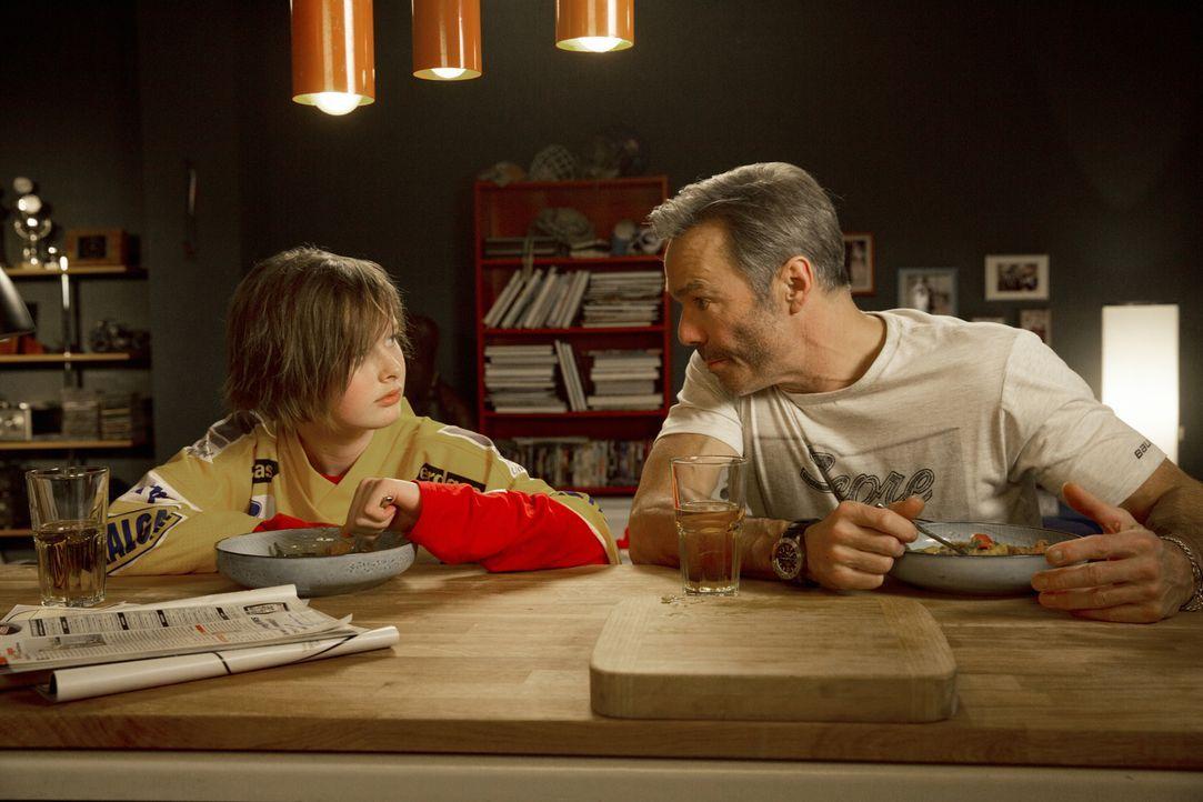 Nach dem Unfalltod seiner Frau zieht Eishockeytrainer Karl Behrens (Hannes Jaenicke, r.) seine Tochter Nic (Lisa Bahati Wihstutz, l.) alleine groß.... - Bildquelle: Volker Roloff SAT.1