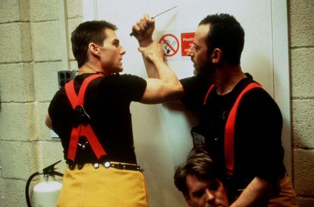 Für Ethan (Tom Cruise, l.) und seinen Kollegen Krieger (Jean Reno, r.) beginnt ein Kampf auf Leben und Tod .. - Bildquelle: Paramount Pictures