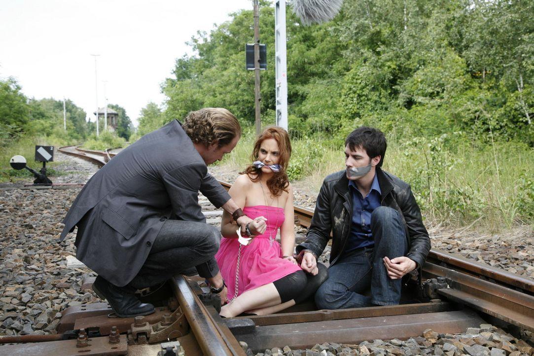 Manu (Marie Zielcke, M.) und Marc (Arne Stephan, r.) scheinen verloren, als der Killer (Michael Starkl, l.) sie ihrem Schicksal überlässt ... - Bildquelle: SAT.1