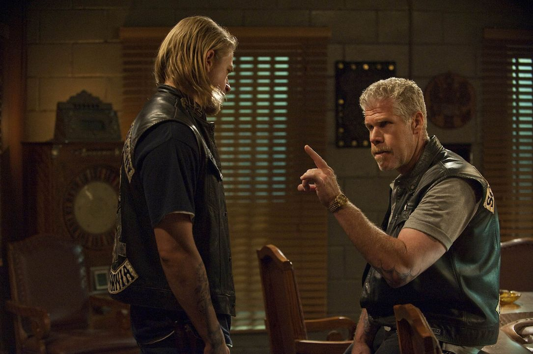 Der Machtkampf zwischen Jax (Charlie Hunnam, l.) und Clay (Ron Perlman, r.) spitzt sich dramatisch zu ... - Bildquelle: 2009 Twentieth Century Fox Film Corporation and Bluebush Productions, LLC. All rights reserved.